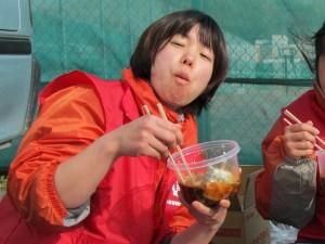 食事中の横山さん