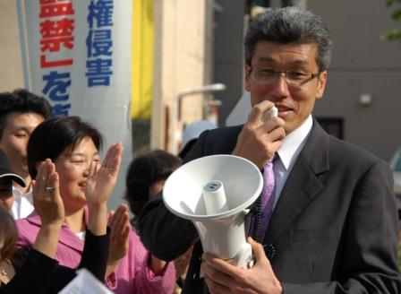 南千葉でのデモ行進に参加する後藤徹氏