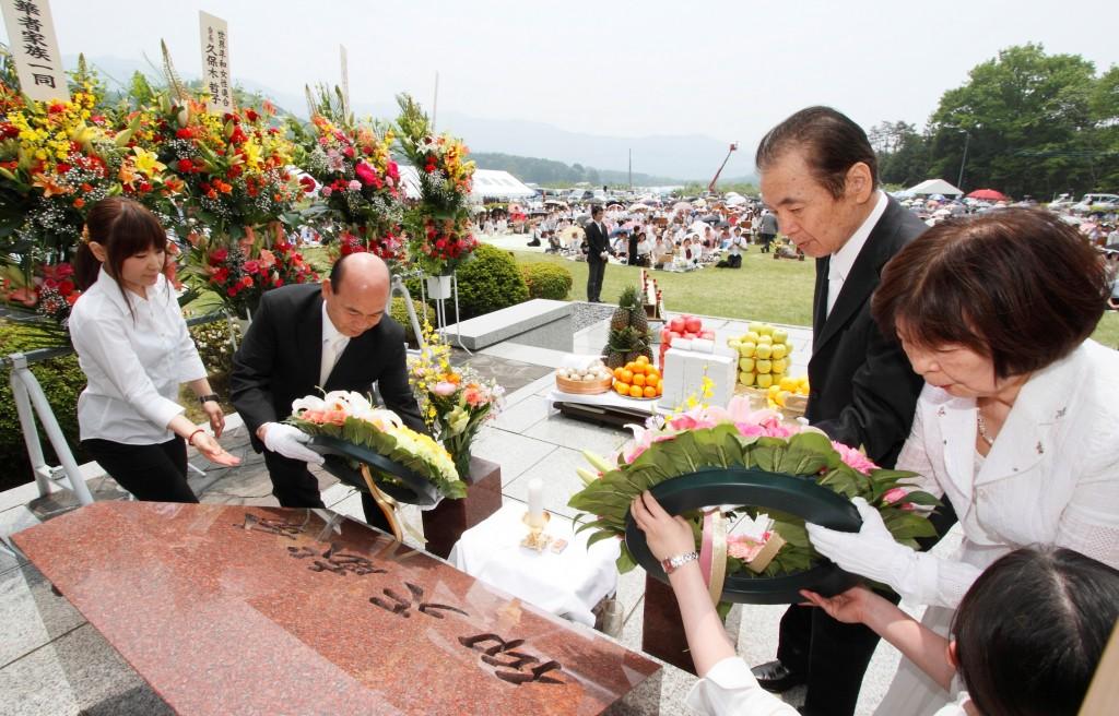 宋総会長と梶栗会長夫妻の献花